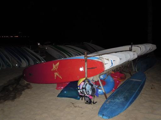 夜のワイキキビーチでNikon COOLPIX P300 でサーフボードを撮影 フラッシュあり