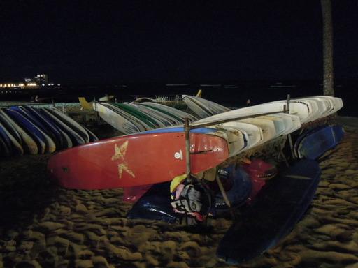 夜のワイキキビーチでNikon COOLPIX P300 でサーフボードを撮影 フラッシュなし