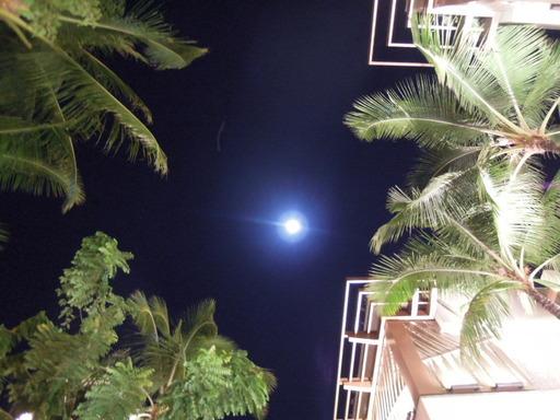 Nikon ニコン COOLPIX P300で撮影  ハワイ・ワイキキ 夜空 月の画像