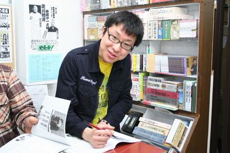 サインしてくれている立川談吉さん