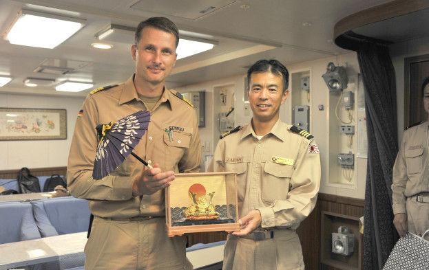 リューベック日本艦隊と演習記念品交換