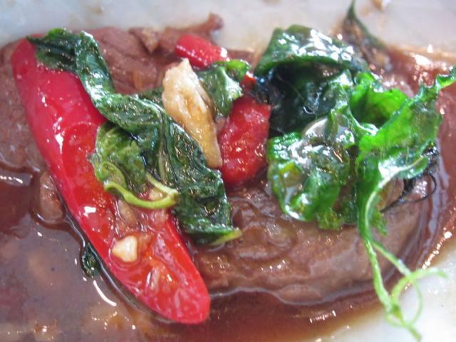それも細かく刻んだ肉片スタイルでなく、しっかりとした「牛肉」とスパイシーなバジル香が特徴の「ガパオ」(タイのホーリーバジル)、そしてほんのり辛いトウガラシ、