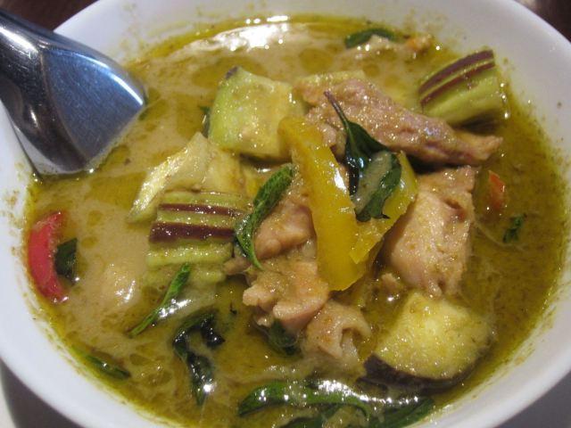 タイ料理「グリーンカレー」、タイ式の味の決め手ツボはタイバジル「ホーラパー」