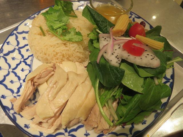 JR大宮駅ナカのタイ料理「カオマンガイキッチン」で「サラダ カオマンガイ」(サラダのマナオドレッシングが美味)