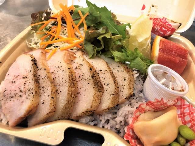 神田のタイ食堂・弁当「プリックプリックタイ」で弁当「ムーヤーン(焼き豚」「牛肉のガパオ炒め」「ガパオ&カオマンガイ」などなど