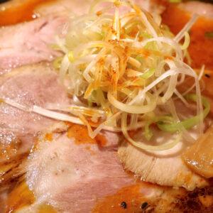 那覇「麺処 天神矢」で豚肩たっぷりの限定麺・エドモンド+白髪ネギトッピング