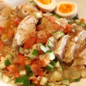 美栄橋駅「牧志牛肉麺」で鶏肉がまるまる1枚入った鶏の冷やし中華