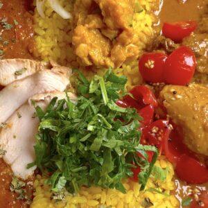 糸満「spice Kitchin naminami」でチキン&スペシャル2種類のカレー盛りパクチートッピング