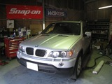 BMW X5 リアエアサス交換。(神戸)