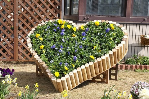 s-丸木で造ったハート花壇。花はパンジー