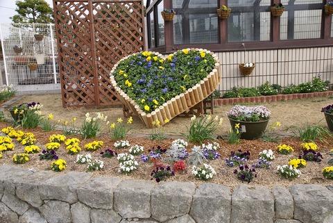 s-丸木で造ったハート花壇。