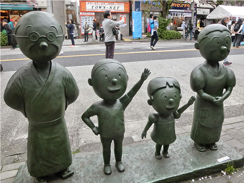 有名なサザエさん一家の銅像です