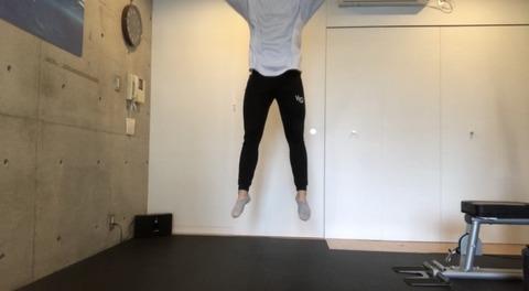 ジャンプスクワットで飛んでいる
