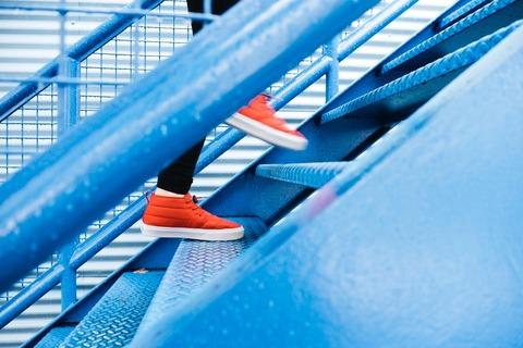 階段を上がる様子