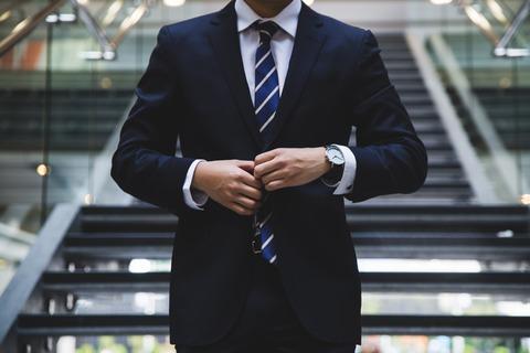 男性がネクタイを締めている