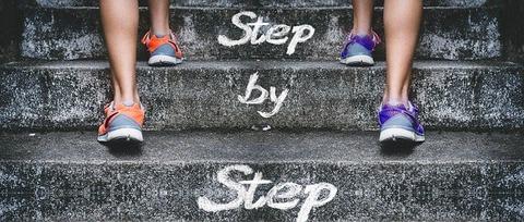 階段を登る2人