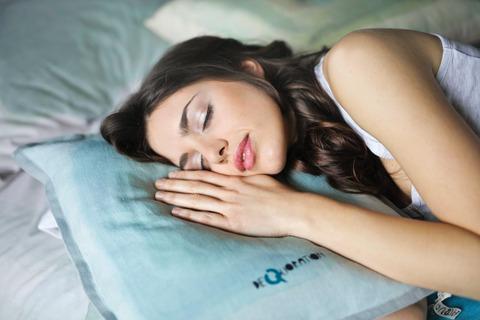 女性が気持ち良さそうに寝ている