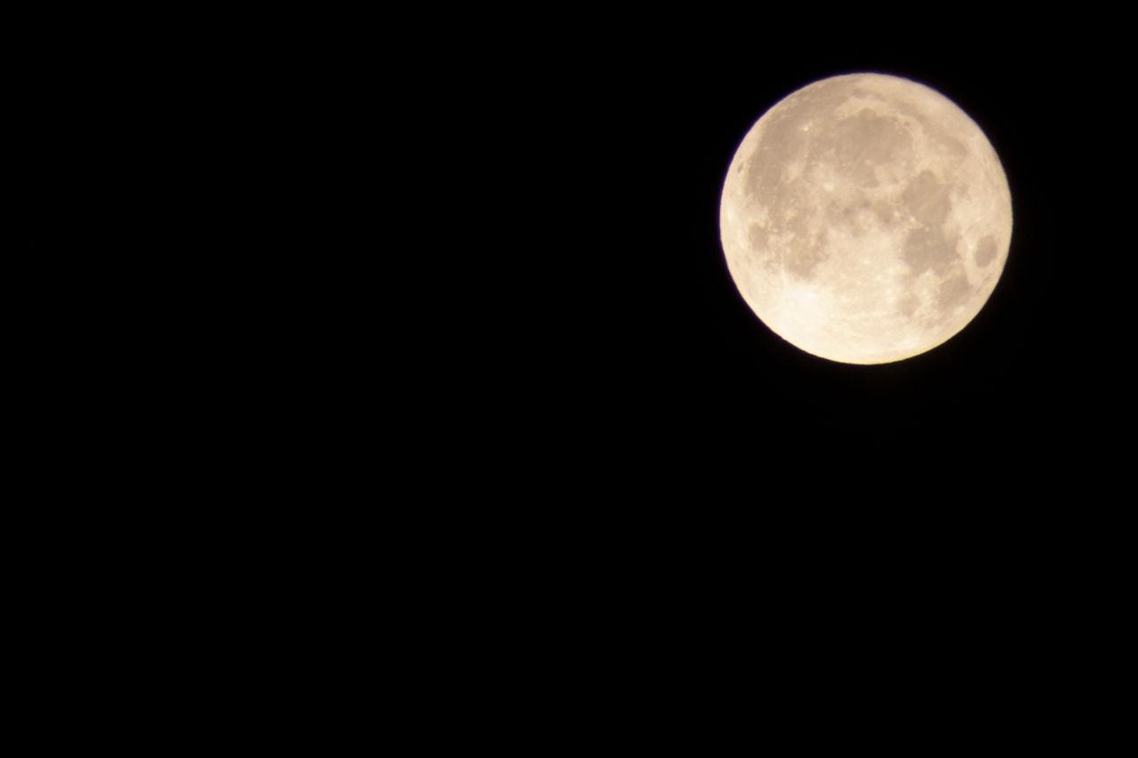 月の下で。