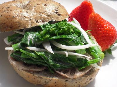 菜の花と新玉ねぎの黒ごまベーグルサンド