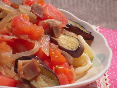 茄子とベーコンとトマトの焼きうどん