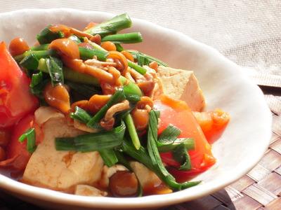 トマトとニラとなめこの中華チャンプルー