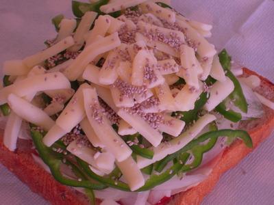 ピーマンと玉ねぎのっけの簡単チーズトースト
