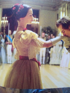 ヴィクトリア女王 舞踏会シーン