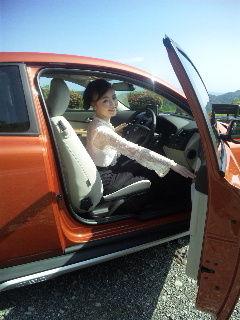 VOLVO車に乗り込むマダム