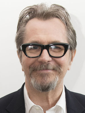 Gary-Oldman-111017-Darkest-Hour-2