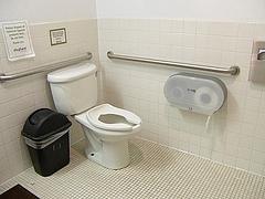 Shattuck+CedarSt.の象薬局トイレ