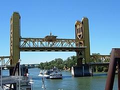 サクラメント橋(船が通る時)