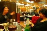 お誕生日のMドリさんと北京グルメライターのアヤさん