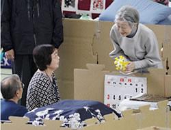 スイセンの花束を持つ皇后さま