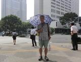 日傘をさして歩く
