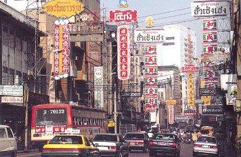 チャイナタウン こんな感じのチャイナタウン。 バンコクらしさは看板が漢字とそしてタイ語... ラ
