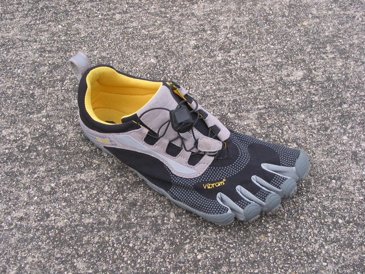 この靴で自転車に乗りたいがために、今回のフラットペダルを導入してみたのである。 ペダル踏み面に凹凸がなく、靴の裏(足の裏)にフィットする形をしているので。