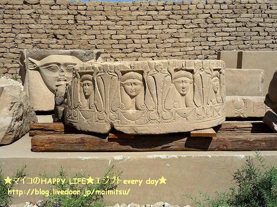 ハトホルちゃんオンパレ♪ ハトホルちゃーん!!かわゆい♪ 左側の壁際には、ズラリと石棺が並んでい
