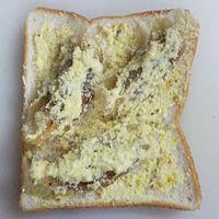 食パンに粉チーズをかける。