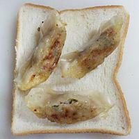 食パンに調理済みの餃子をのせる。