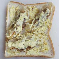 食パンと餃子に器内のタレをぬる。