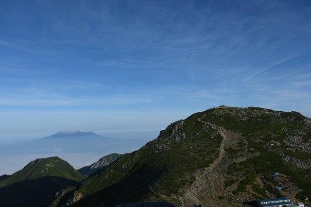 堂々とした木曽駒ケ岳。左に浮かぶのは御嶽山