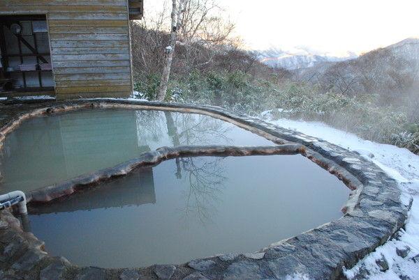 名物の露天風呂。遠くに尾瀬の燧ケ岳が見えた