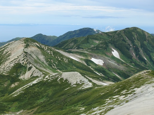 写真06:これから歩く道。雪倉岳、朝日岳。