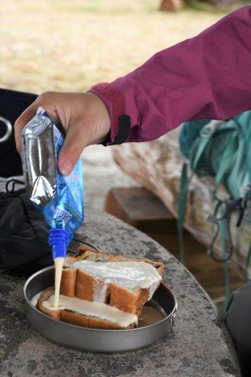 ぶどうパンに液状のバニラアイスをかける。フレンチトースト作製中