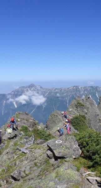 大キレット後半、長野県側の鎖場を慎重に歩く登山者