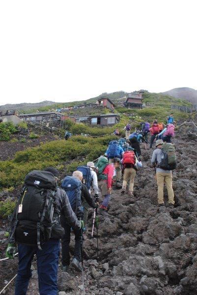 吉田口7合目の岩場を登る参加者