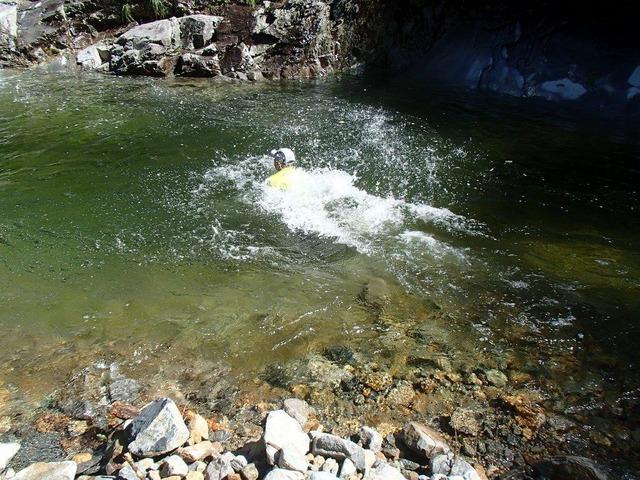 ⑦泳ぐ瀧根ガイド