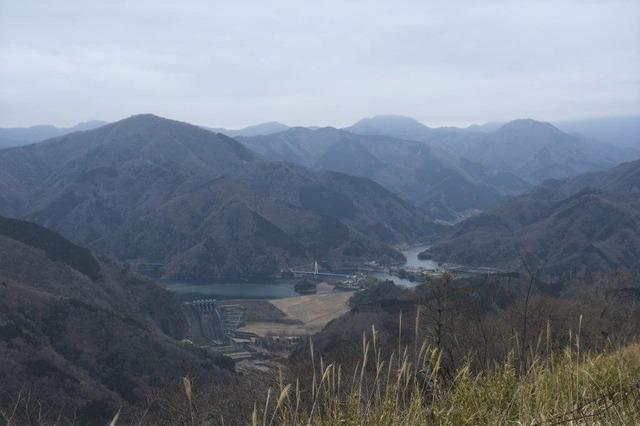 大野山山頂から丹沢湖の眺め