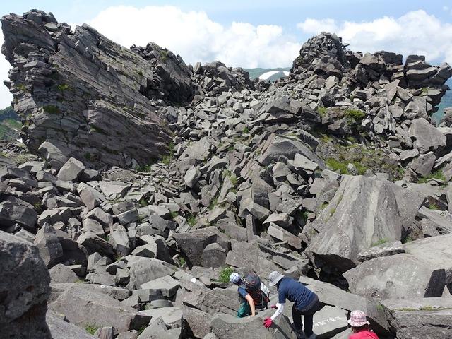 写真04:頂上直下は荒々しい岩が待ち受ける。