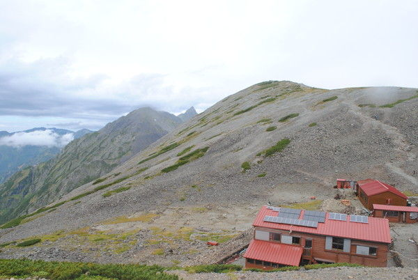 南岳と中岳にはさまれた槍ヶ岳 手前は南岳小屋